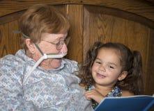 Mała dziewczynka z chorą kobietą jest ubranym tlen fotografia royalty free