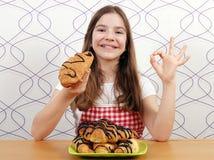 Mała dziewczynka z croissants i ok ręki znakiem Fotografia Stock