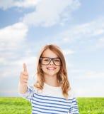 Mała dziewczynka z czarnymi eyeglasses Zdjęcia Royalty Free