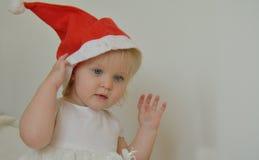 Mała dziewczynka z czerwonym Bożenarodzeniowym kapeluszem Obraz Stock