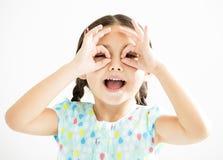mała dziewczynka z dopatrywanie gestem obrazy stock