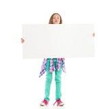 Mała dziewczynka z dużym białym sztandarem Zdjęcie Stock