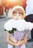 Mała dziewczynka z dużym bukietem kwiaty zdjęcia stock