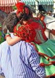 Mała dziewczynka z flamenco suknią na ramionach jego ojciec, Seville jarmark, Andalusia, Hiszpania Zdjęcie Stock