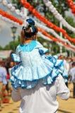 Mała dziewczynka z flamenco suknią na ramionach jego ojciec, Seville jarmark, Andalusia, Hiszpania Obraz Royalty Free