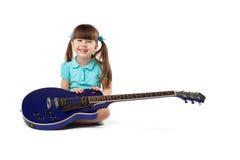 Mała dziewczynka z gitarą Obrazy Royalty Free