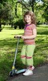 Mała dziewczynka z hulajnoga zdjęcie royalty free