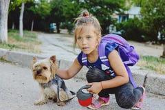 Mała dziewczynka z jej małym przyjacielem na spacerze Zdjęcia Royalty Free