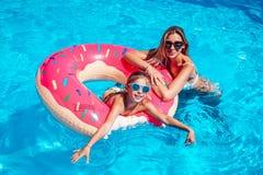 Mała dziewczynka z jej mamą w pływackim basenie Zdjęcia Stock