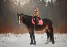 Mała dziewczynka z końskim plenerowym portretem przy wiosna dniem fotografia royalty free