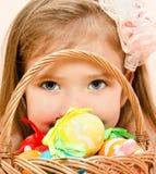 Mała dziewczynka z koszykowy pełnym kolorowi Easter jajka Obrazy Royalty Free