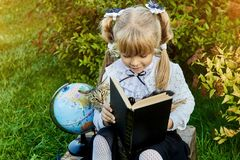 Mała dziewczynka z kotem i książką obraz stock