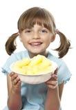 Mała dziewczynka z kukurydzanymi przekąskami Obrazy Royalty Free