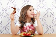 Mała dziewczynka z kurczaków skrzydłami i ok ręka podpisujemy Zdjęcie Royalty Free