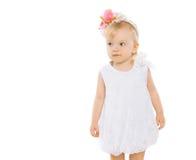 Mała dziewczynka z kwiecistym wiankiem na głowie Obrazy Royalty Free