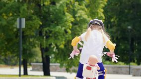 Mała Dziewczynka Z lalą Na bicyklu zbiory wideo