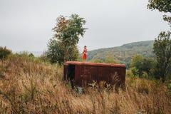 Mała dziewczynka z lali stojakami na starej przyczepie w drewnach zdjęcia royalty free