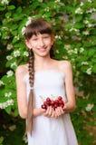 Mała dziewczynka z lato wiśniami Zdjęcia Royalty Free