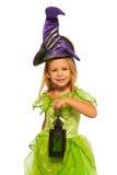 Mała dziewczynka z latten w czarodziejki Halloween sukni Obrazy Royalty Free