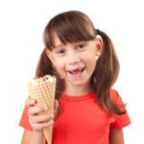 Mała dziewczynka z lody w ręce zdjęcie stock