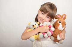 Mała dziewczynka z miękkimi zabawkami Obraz Royalty Free
