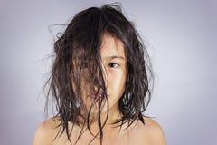 Mała dziewczynka z mokrym włosy Zdjęcia Royalty Free
