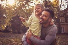 Mała dziewczynka z ojcem przy przodem podwórze fotografia stock