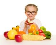 Mała dziewczynka z owoc i warzywo Fotografia Royalty Free
