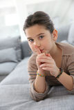 Mała dziewczynka z palcem na jej usta, utrzymanie zaciszność obrazy royalty free