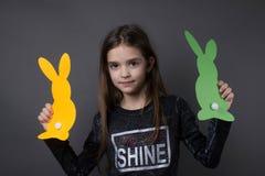 Mała dziewczynka z papieru Easter dekoracją zdjęcia stock