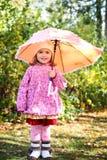 Mała dziewczynka z parasolem w jesień parku Obrazy Stock