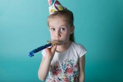 Mała dziewczynka z partyjnym kapeluszem na nowym tle Urodzinowy dziewczyny blo zdjęcia royalty free