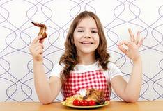 Mała dziewczynka z piec kurczaków skrzydłami ok ręki znakiem i Obraz Stock