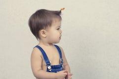 Mała dziewczynka z pierwszy fryzurą Fotografia Stock