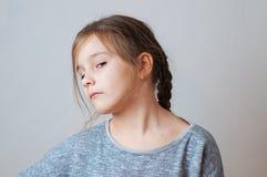 Mała dziewczynka z pigtails portretem wyraz twarzy niespodzianka obraz royalty free