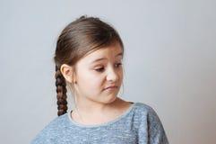 Mała dziewczynka z pigtails portretem wyraz twarzy niespodzianka fotografia stock