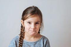 Mała dziewczynka z pigtails portretem wyraz twarzy niespodzianka obraz stock