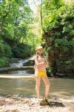 Mała Dziewczynka Z plecakiem W A Trekking W górach obrazy stock