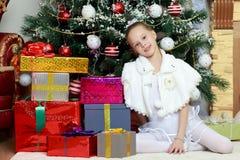 Mała dziewczynka z prezentami choinką zdjęcia royalty free