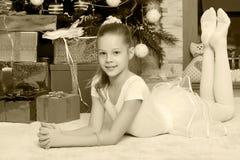 Mała dziewczynka z prezentami choinką Zdjęcie Stock