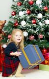 Mała dziewczynka z prezentem w wigilię nowego roku Zdjęcie Stock
