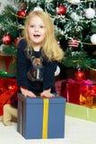 Mała dziewczynka z prezentem w wigilię nowego roku Fotografia Royalty Free