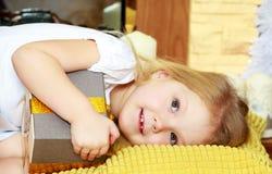 Mała dziewczynka z prezentem w wigilię nowego roku Obraz Royalty Free