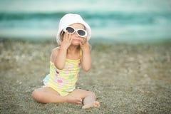 Mała dziewczynka z puszka syndromem był ubranym szkła i poz twarze fotografia royalty free