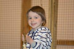 Mała dziewczynka z pytonem w ona ręki fotografia stock