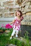 Mała dziewczynka z różowym parasolowym płaczem Fotografia Stock