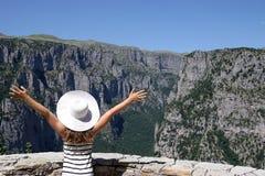 Mała dziewczynka z rękami up na punktu widzenia Vikos wąwozie Zdjęcia Stock