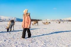 Mała dziewczynka z reniferem obraz stock