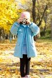 Mała dziewczynka z rocznik kamerą Obraz Royalty Free