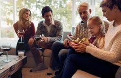 Mała dziewczynka z rodzinnymi otwarć bożych narodzeń prezentami zdjęcie stock